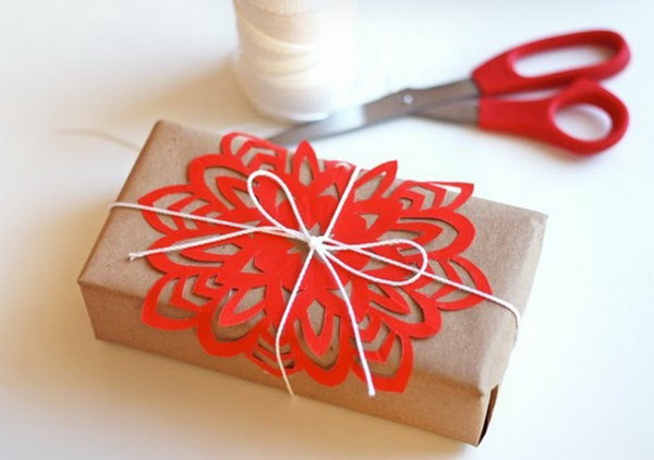 Hộp giấy gắn hình cắt giấy